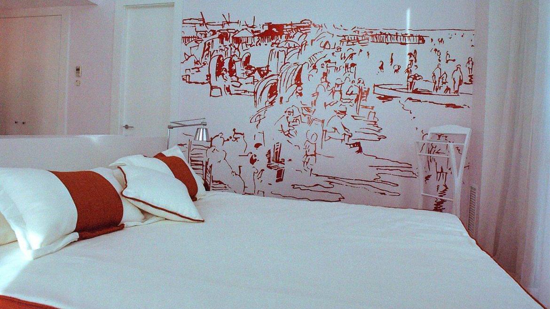 """Con motivo de la participación en el concurso de Interiorismo del Hotel Las Arenas, se proyectó y construyó la Suite Presidencial """"Las arenas"""". De arquitectura racionalista, se enriquece con elementos arquitectónicos singulares como bóvedas vaidas y co el uso de materiales mediterráneos, como el mármol macael y el barro manual. El programa de compone de una gran zona de Estar y dos conjuntos de Dormitorios independientes con Baño y Vestidor."""