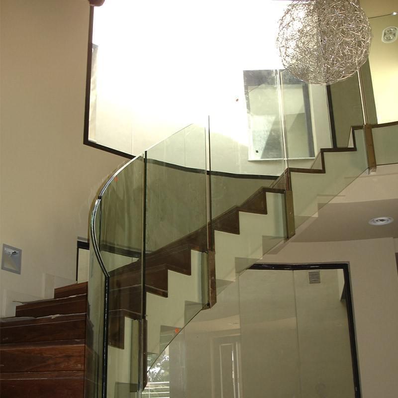 La vivienda se articula en forma de aspa alrededor del gran núcleo central compuesto por la escalera curva y el hall de doble altura.